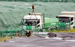 Dirvožemį ir atliekas gabenantis sunkvežimis. Užteršto dirvožemio ir atliekų gabenimas iš laikinų į tarpinių atliekų įrenginį dažniausiai vykdomas naudojant 10 tonų savivarčius / A truck transporting the soil and waste. Transportation of the contaminated soil and waste from temporary to intermediate waste facility has been implementing mostly using 10-ton dump trucks