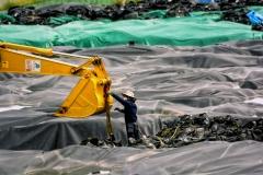 Užterštų atliekų maišų išdėstymas ir talpinimas sandėliavimo vietoje uždaroje zonoje / Re-arrangement and placement of the contaminated waste disposal bags on storage site