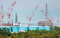 Daičio AE izoliacinis stogas virš 3 reaktoriaus; kairėje – 2 blokas / Daiichi NPP containment roof over reactor 3; on the left unit 2