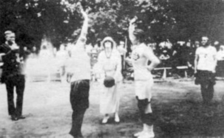 Rungtynių dėl Vincės Jonuškaitės-Zaunienės taurės atidarymas. Kamuolį išmeta Jonuškaitė. Kairėje teisėjas Steponas Darius.