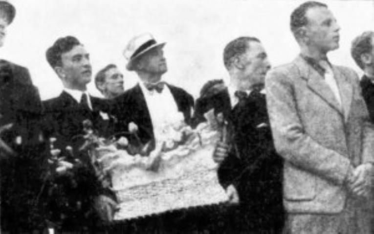 K. Petrauskas su pintine vaišių sutinka krepšininkus Kauno geležinkelio stotyje. 1937 m.