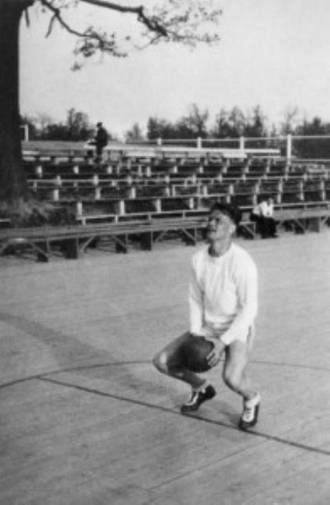 S. Šačkus meta baudą Kauno stadiono atviroje krepšinio aikštelėje. 1938 m.