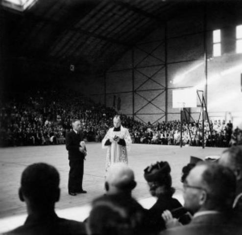 Prisikėlimo parapijos klebonas F. Kapočius šventina Halę. 1939 m.