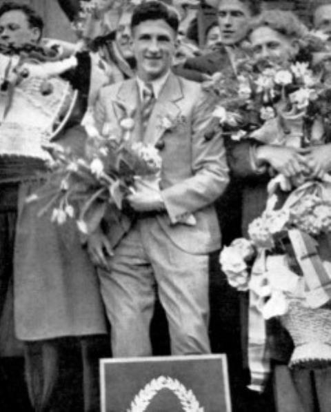 Kauno geležinkelio stotyje kalba A. Andriulis. 1937 m.