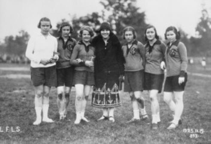 LFLS moterų komanda 1925 m. kartu su taurės steigėja V. Jonuškaite-Zauniene