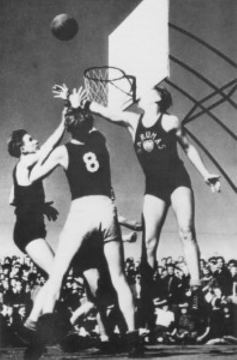 Momentas iš lietuvių–latvių krepšinio rungtynių Pabaltiečių sporto olimpiadoje Augsburge 1946 m.