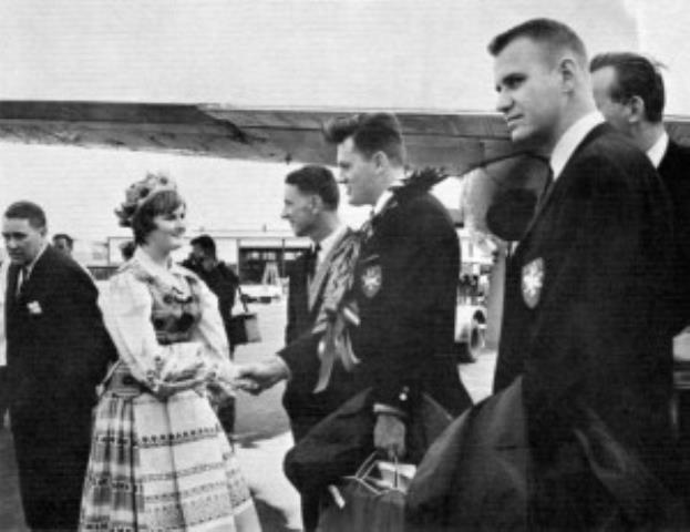 Melburno oro uoste vadovas gavo laurų vainiką. Dešinėje inž. V. Memėnas. 1964 m.