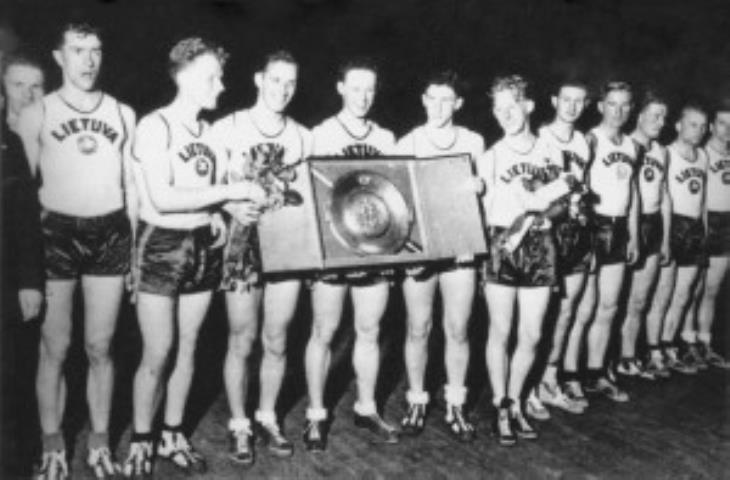 1937 m. Europos krepšinio čempionė Lietuvos rinktinė su Latvijos prezidento dovana