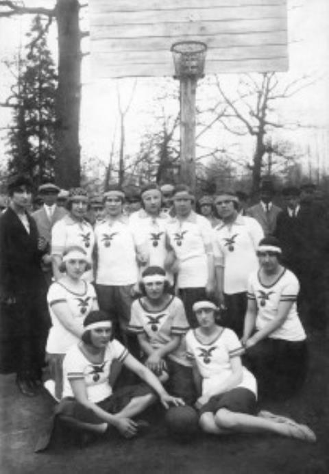 Kauno krepšininkės ant Vytauto kalno įrengtoje pirmojoje krepšinio aikštelėje 1921 m. rudenį